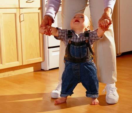 Ребенок начинает самостоятельно ходить около года