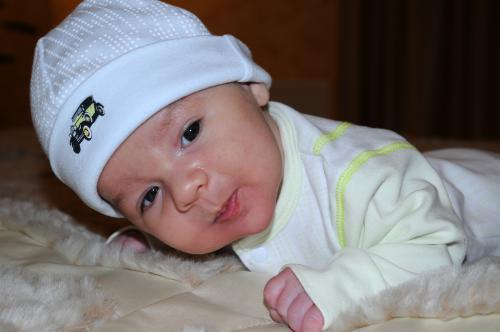 Когда малыш начинает держать головку?