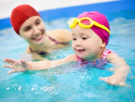Многие родители покупают специальные круги для плавания младенцев