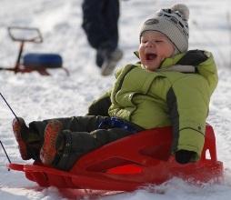 бывают детские пластиковые санки снегоходы с колесами